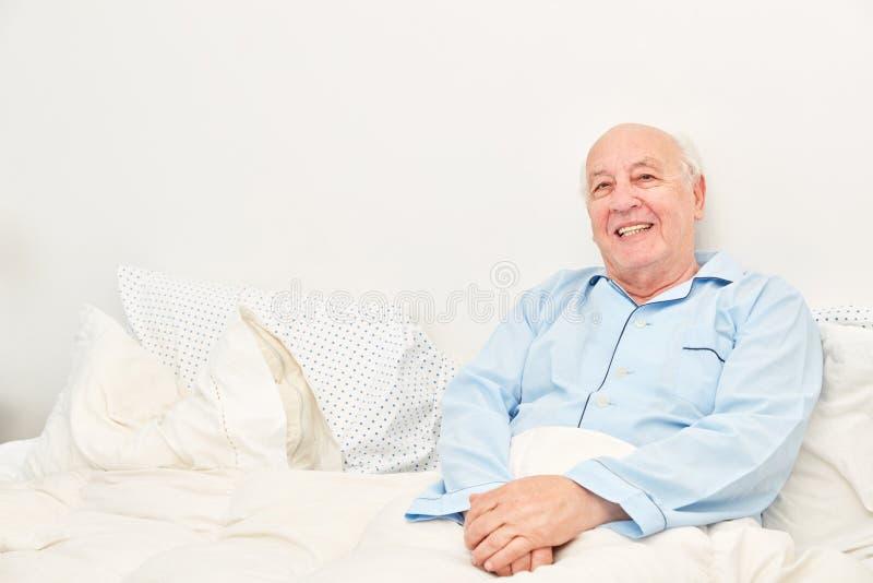 Uśmiechnięty senior jako obłożnie chory pacjent fotografia stock