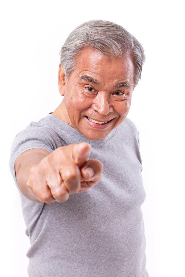 Uśmiechnięty starszy mężczyzna wskazuje przy tobą zdjęcia stock