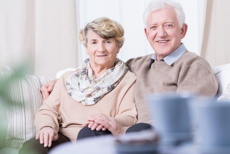 Uśmiechnięty starszy małżeństwo zdjęcia royalty free