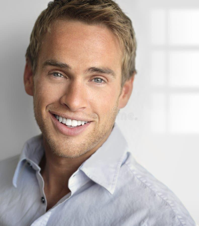Uśmiechnięty szczęśliwy facet obrazy royalty free