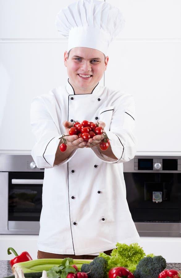 Uśmiechnięty szef kuchni z warzywami obraz royalty free
