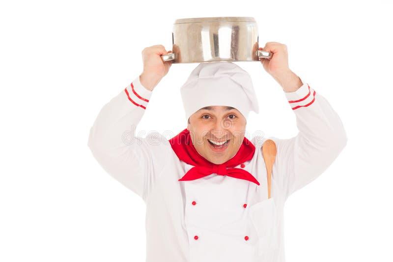 Uśmiechnięty szefa kuchni mienia rondla koszt stały weraing czerwonego i białego u obrazy stock