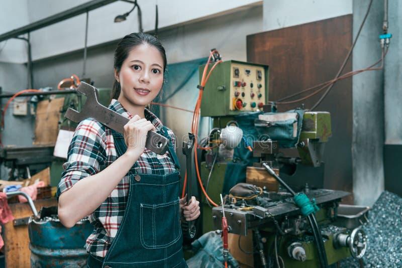 Uśmiechnięty tokarski pracownik fabryczny patrzeje kamerę zdjęcie royalty free