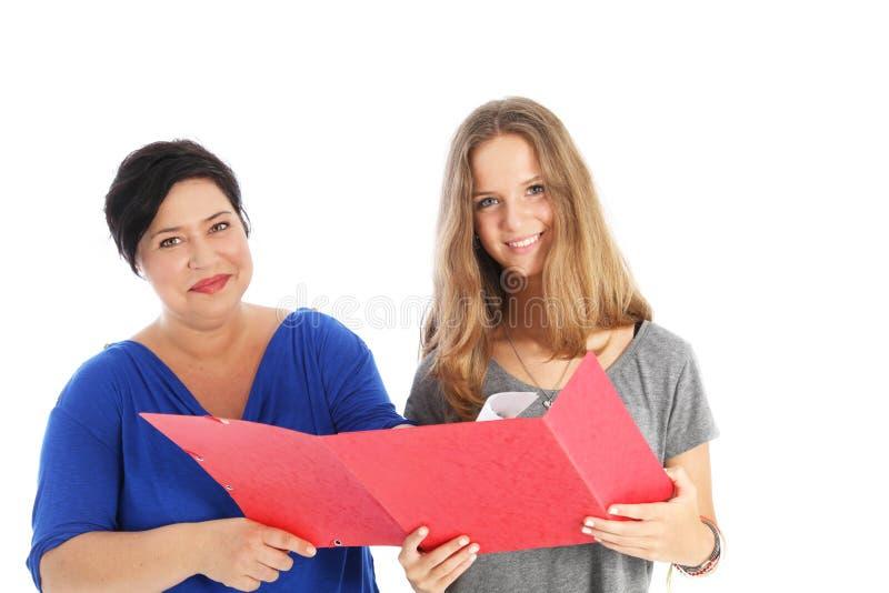 Uśmiechnięty uczeń z matką lub nauczycielem zdjęcia royalty free