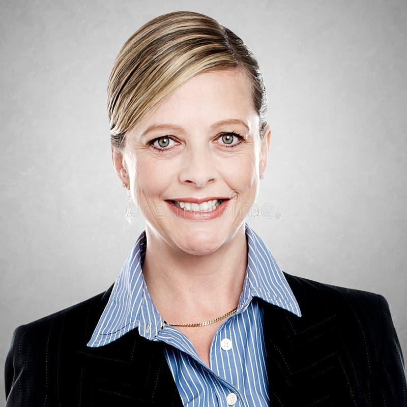 Uśmiechnięty w średnim wieku bizneswoman obrazy stock