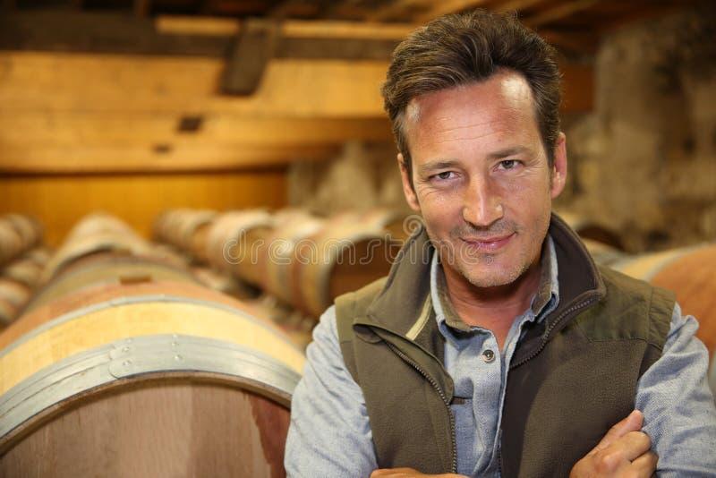 Uśmiechnięty winemaker w wino lochu obrazy royalty free
