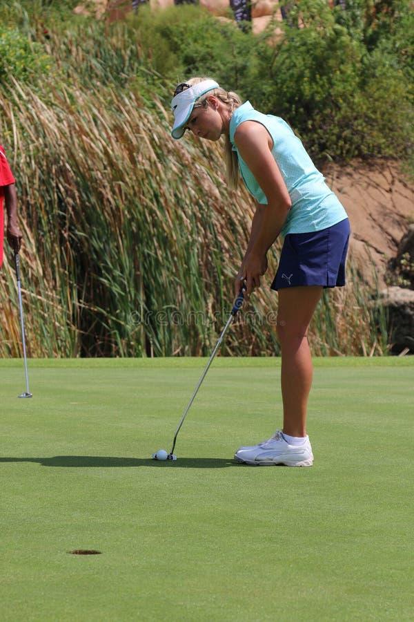 Uśmiechniętych dam pro golfista Daniella Mongomery skupia się stawiać Żadny obraz stock