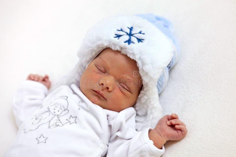 uśpiony chłopiec kapeluszowa stara jeden tydzień zima obrazy stock
