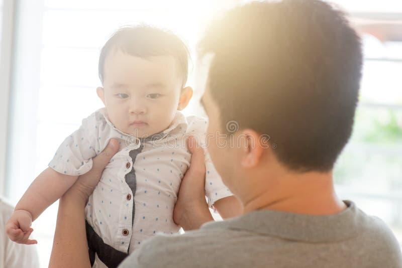 uśpiony dziecko oba ojcuje mienia syna vertical zdjęcia royalty free