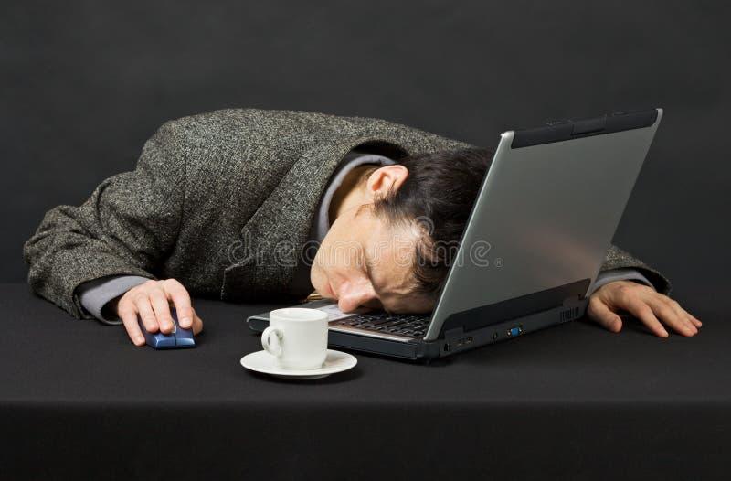 uśpiony spadać facet pracującą internet noc zdjęcia stock