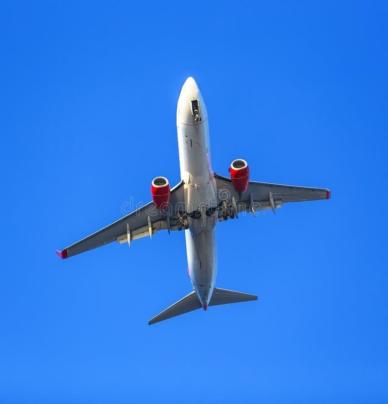 Użebrowany samolot bierze daleko przeciw błękita jasnego niebu obrazy stock