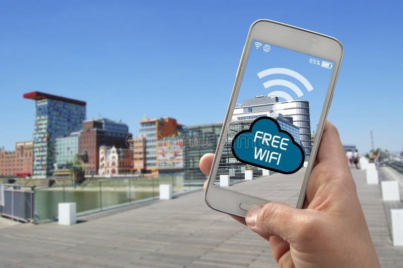 Użytkownik z smartphone używa bezpłatnego wifi obrazy stock