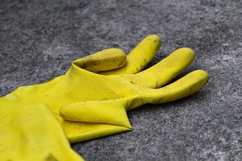 Używać żółta lateksowa rękawiczka zdjęcia stock