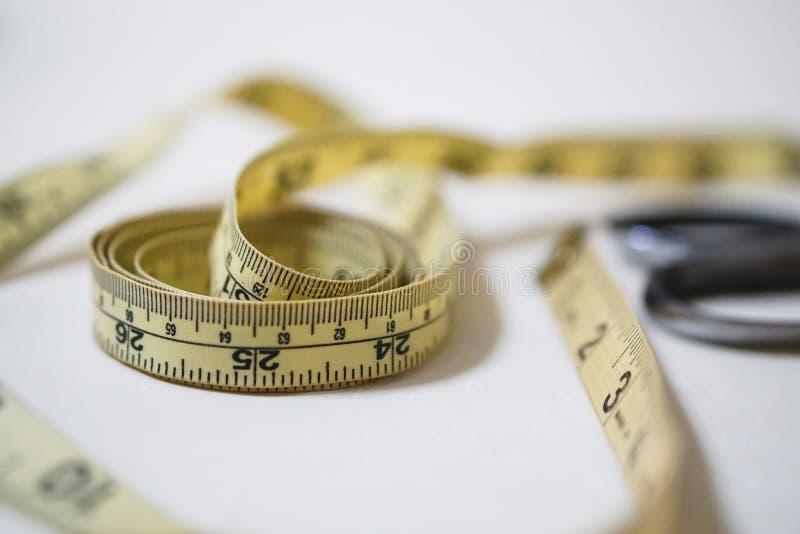 Używać żółtego miękkiego taśma pomiaru władcy szwalny krawiecki zestaw fotografia stock