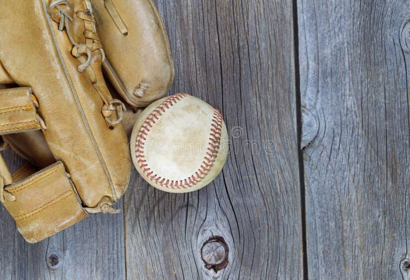 Używać baseball i Przetarta rękawiczka na starym drewnie fotografia stock