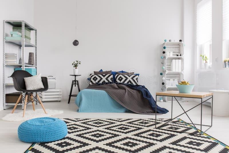 Używać deseniować tkaniny dodawać życie spokojna sypialnia obrazy royalty free