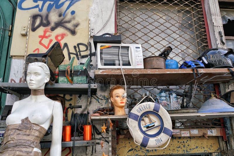 Używać drugi ręka protestuje dla sprzedaży przy pchli targ w Ateny, Gree obraz royalty free