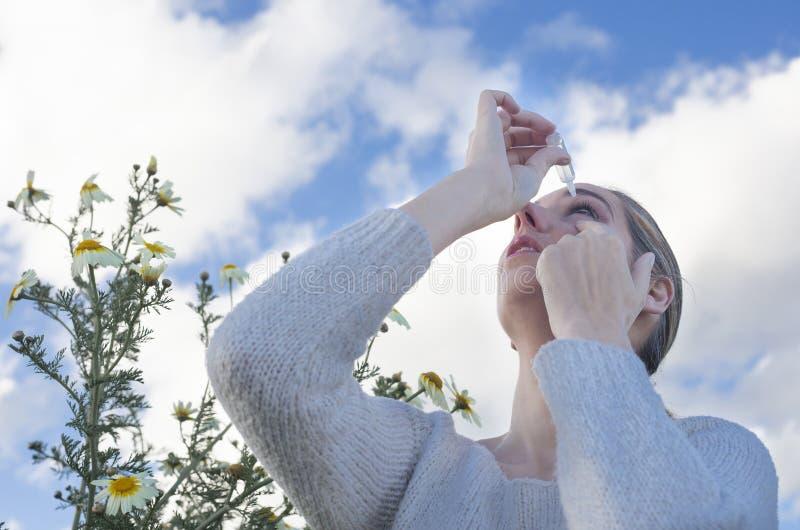 Używać eyedropper taktować podrażnionych oczy zdjęcia stock