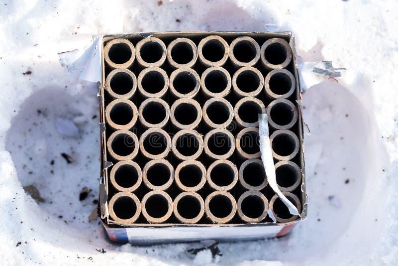 Używać fajerwerk petardy kłama na śniegu obraz stock