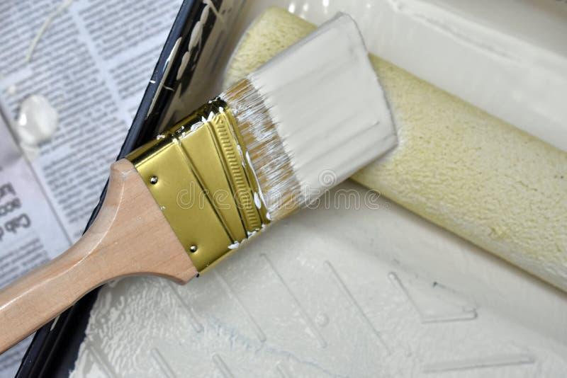 Używać farby muśnięcia i farby rolownik obrazy stock