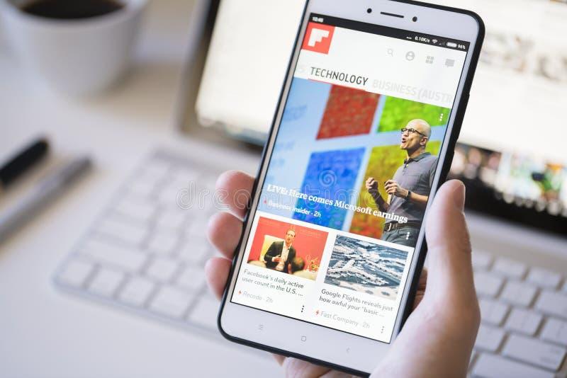 Używać Flipboard app na smartphone fotografia royalty free