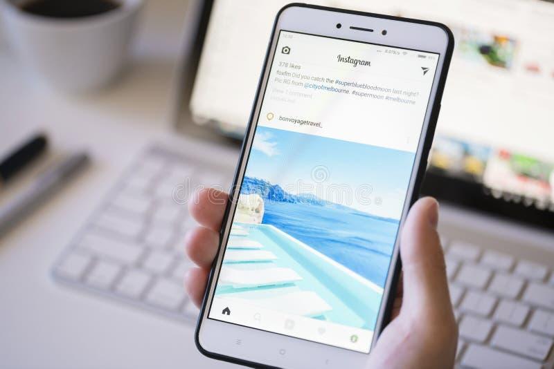 Używać Instagram app na smartphone obrazy royalty free
