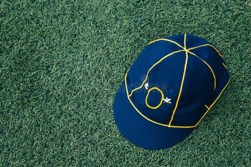 Używać kapelusz azjatykci skauci na gazonie Skauta kapeluszowy ogólny unif obrazy stock