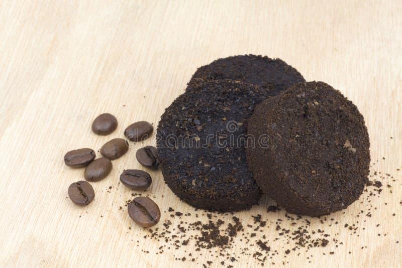 Używać kawowe ziemie po kawy espresso maszyny i kawowych fasoli fotografia stock