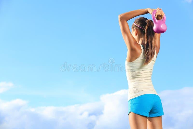 Używać kettlebell sprawności fizycznej kobieta fotografia royalty free