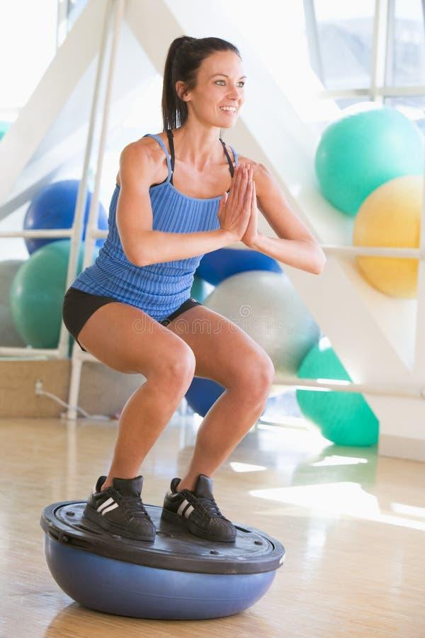 używać kobiety gym balansowy trener zdjęcia royalty free