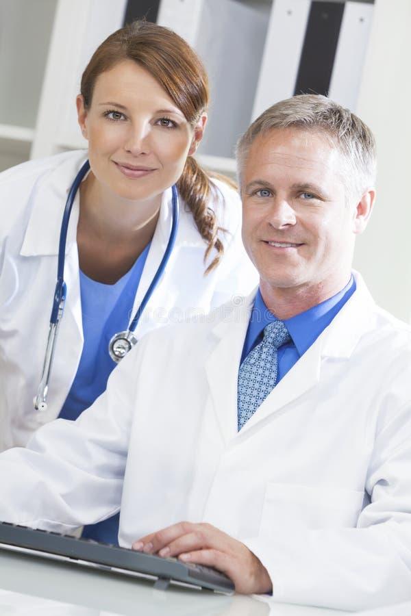 Używać Komputer męscy Żeńscy Lekarz Szpitalny obraz stock