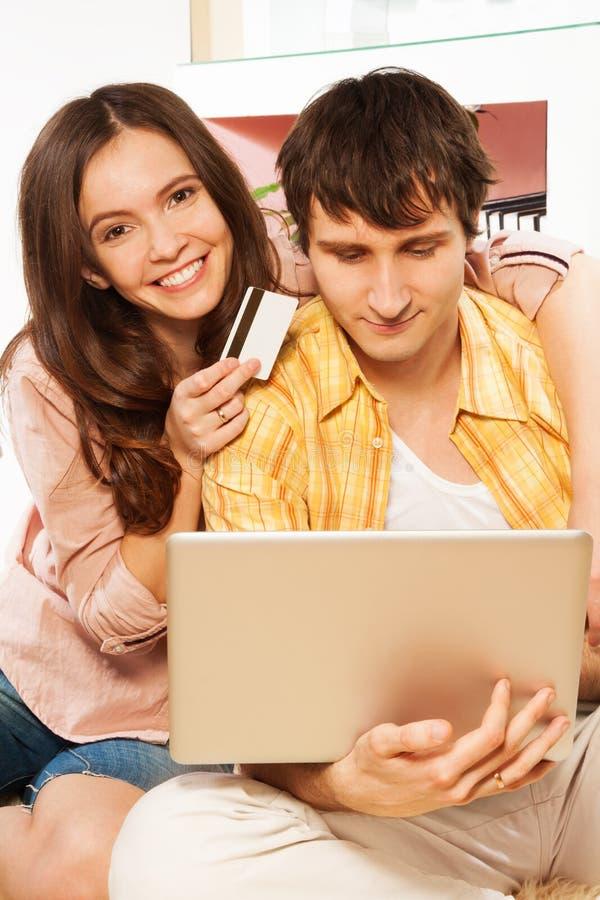 Używać kredytową kartę robić zakupy w internecie obraz stock