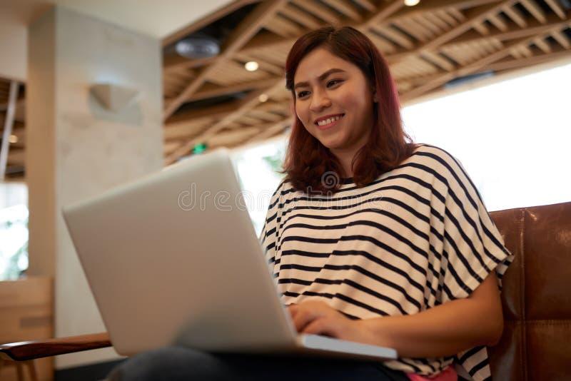 Używać laptop azjatycka kobieta obrazy stock