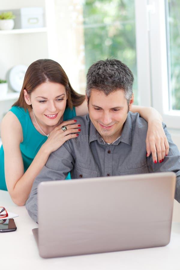 Używać laptop potomstwo para obraz royalty free