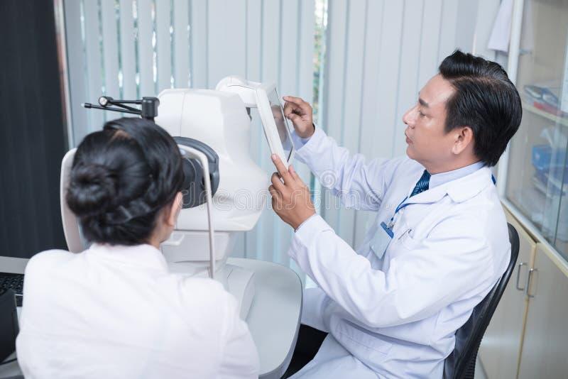 Używać nowożytnego oftalmologicznego wyposażenie zdjęcia royalty free