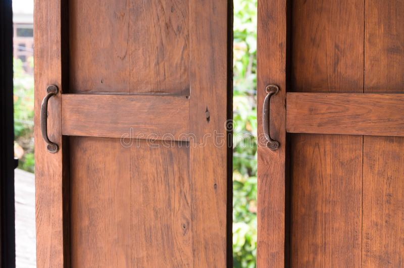 Używać otwierać nadokiennego, Starego drewnianego okno, obrazy royalty free