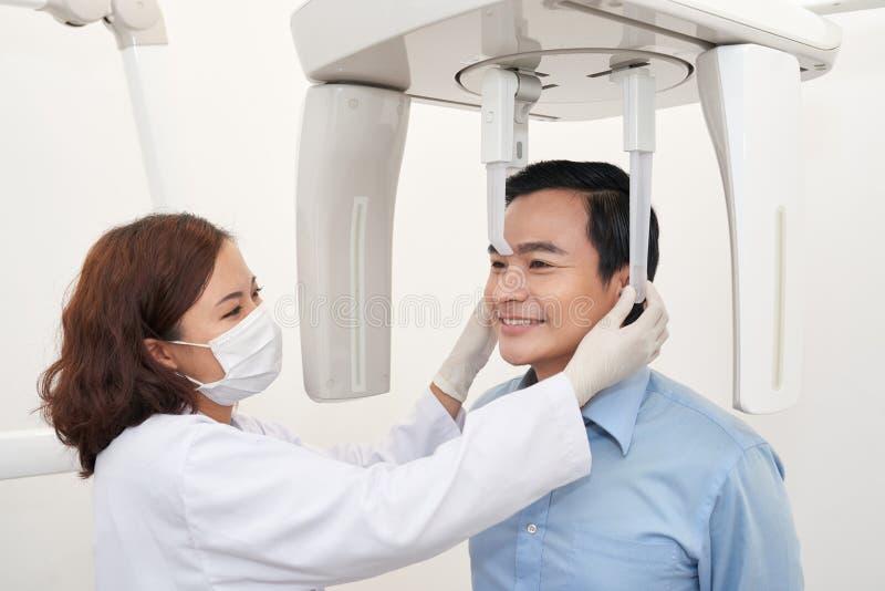 Używać panoramy promieniowania rentgenowskiego maszynę obrazy royalty free