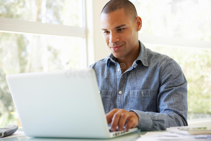 używać potomstwa laptopu domowy mężczyzna zdjęcie stock