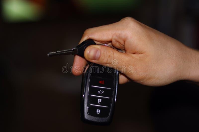 Używać prawą rękę działać, chwytów klucze z pilotem do tv zdjęcia royalty free