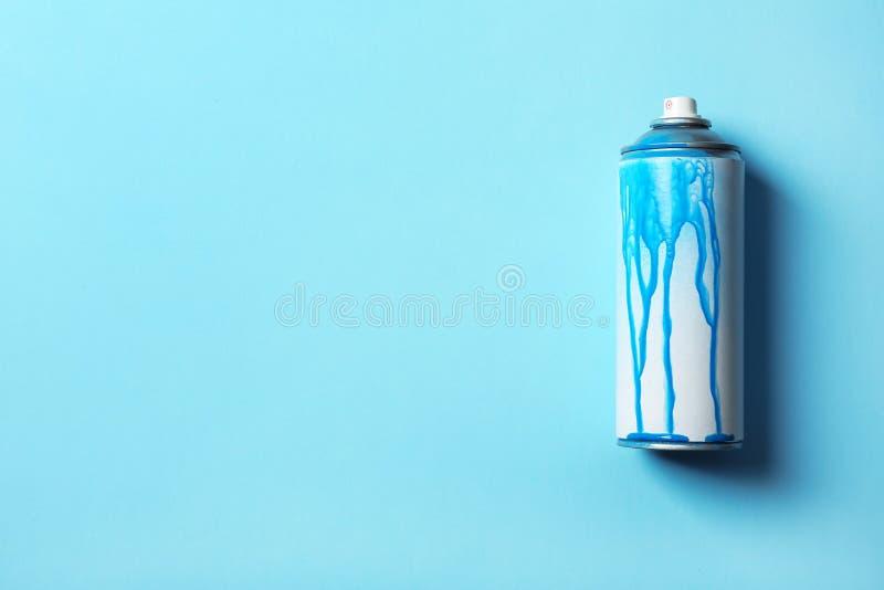 Używać puszka kiści farba na koloru tle zdjęcie stock