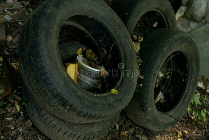 Używać samochodu guma rzucająca wysypisko zdjęcia royalty free