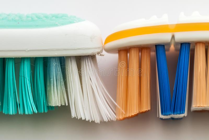 Używać stary toothbrush i nowy toothbrush makro- na białym backgrou zdjęcie royalty free