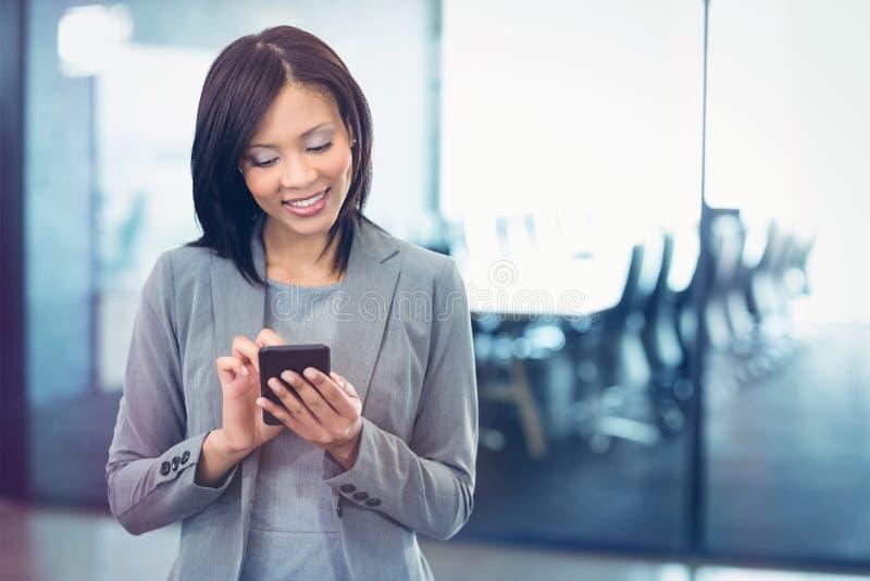 Używać telefon komórkowy atrakcyjny bizneswoman obrazy royalty free