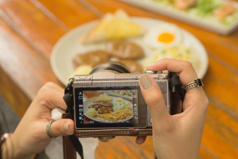 Używa cyfrową kamerę brać fotografię zdjęcia royalty free