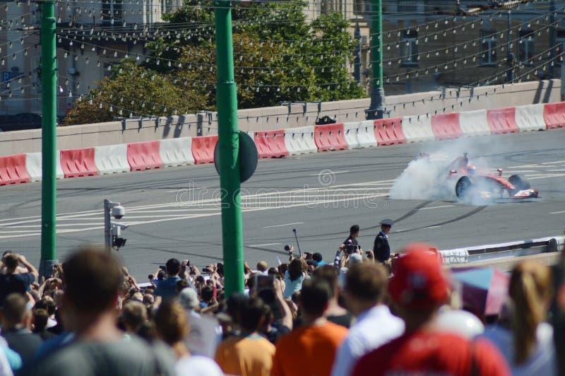 U-στροφή αυτοκινήτων αγώνα F1 Ferrari πόλεων της Μόσχας στην ταχύτητα στοκ φωτογραφία