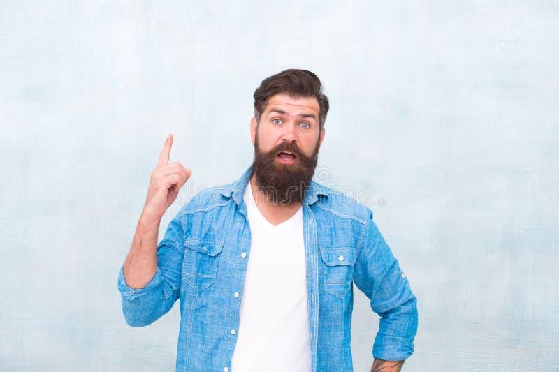 u Хипстер с бородой и усик носят рубашку джинсовой ткани Мужская концепция красоты Зверский красивый человек хипстера стоковые фотографии rf