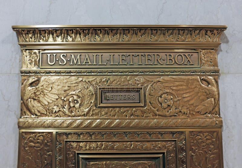 U antiquado autêntico S Caixa de letra do correio na parede de mármore fotografia de stock