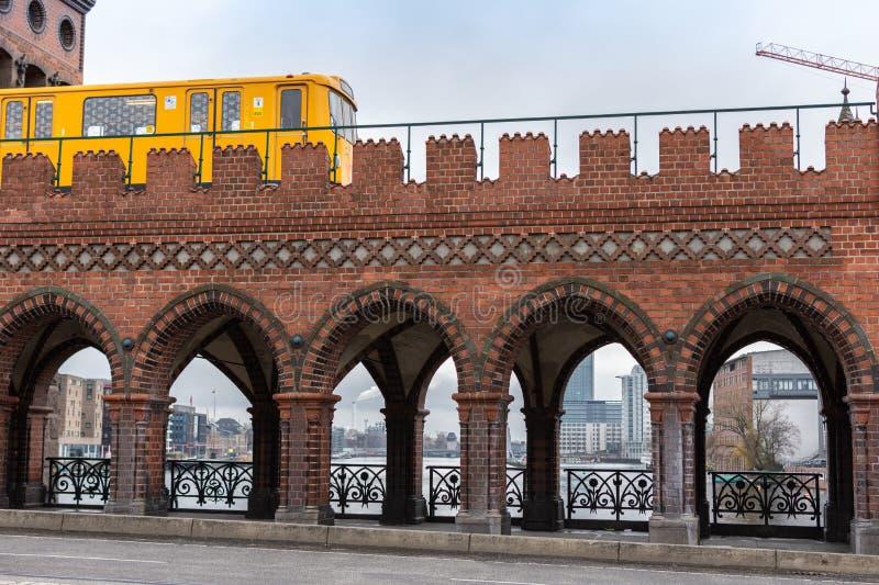 U-Bahn желтого Берлина управляя на мосте Oberbaunum стоковые фото