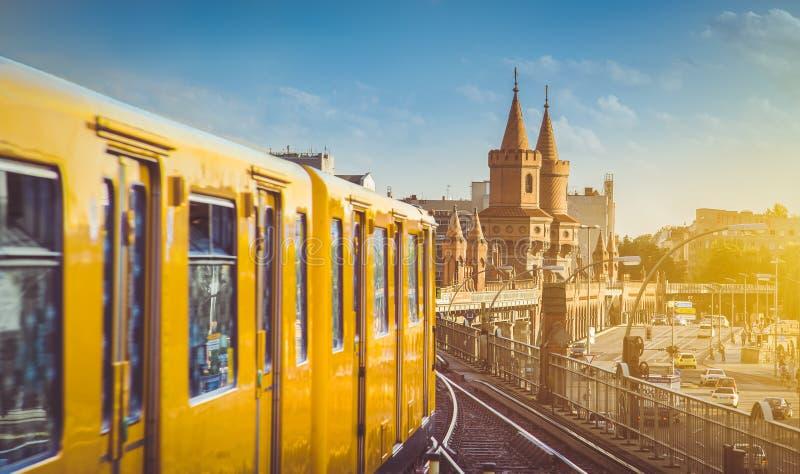 U-Bahn mit Oberbaum-Brücke bei Sonnenuntergang, Berlin Friedrichshain-Kreuzberg, Deutschland stockbilder