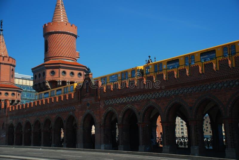 U Bahn trein op de Oberbaum brug, Berlijn stock foto's